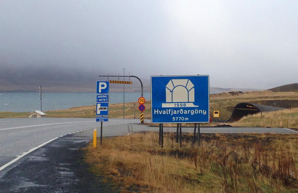 Entrada túnel peaje en Islandia