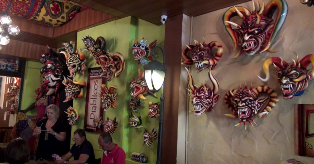 Máscaras de diablicos en restaurante panameño de comida típica