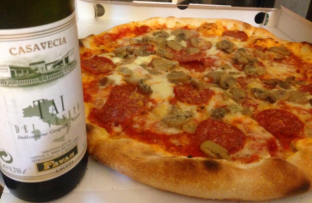 Cómo comer barato en Venecia. Pizza de salami picante y champiñones en Venecia