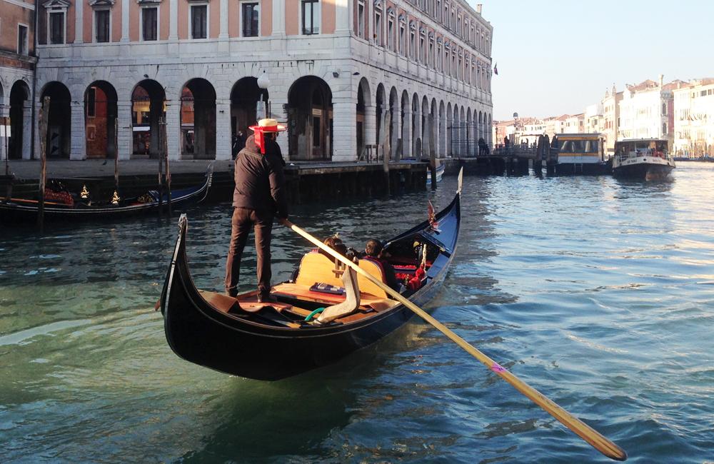 Góndola en canal de Venecia, Italia
