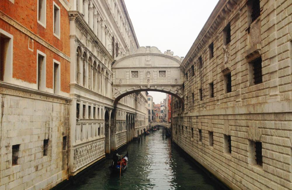 venecia italia suspiros puente canal