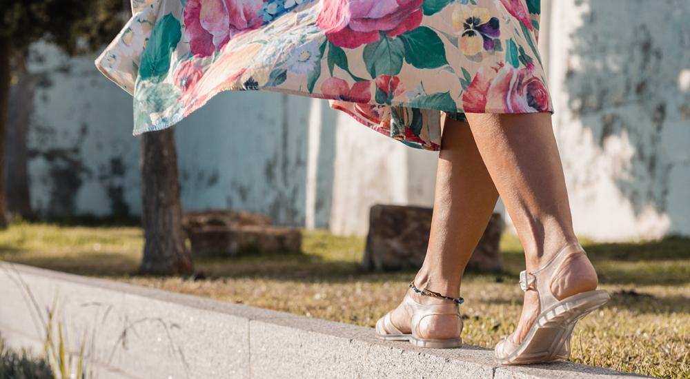sandalias transparentes con vestido
