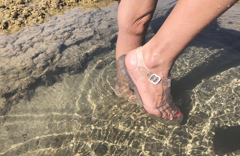 sandalias transparentes en el agua